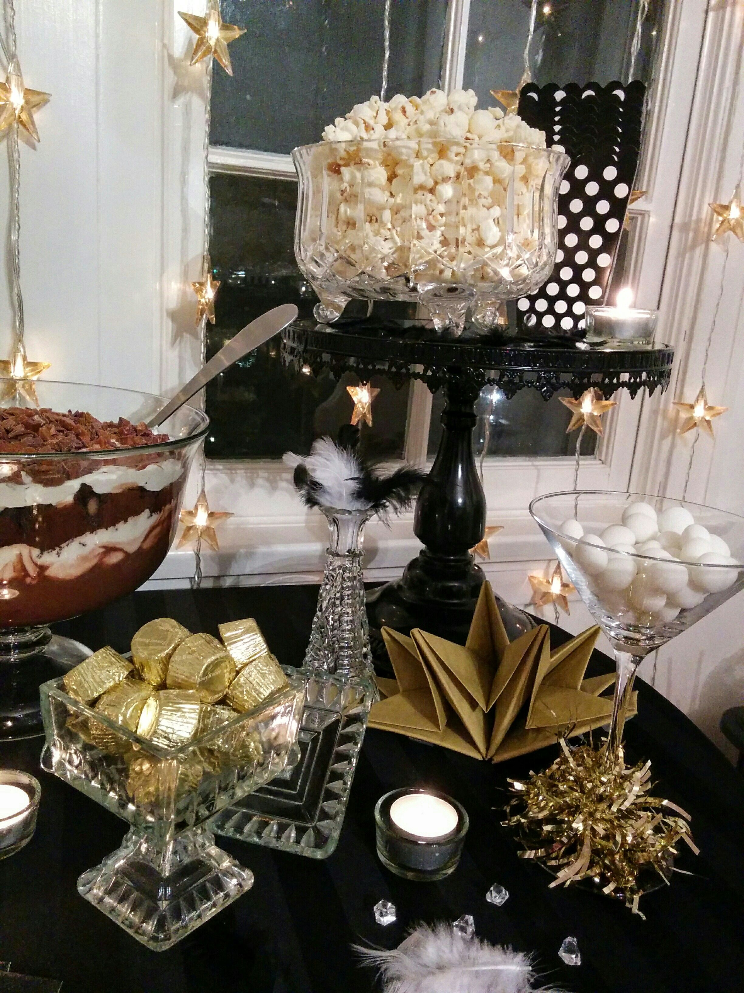 New Years Eve . Party . 1920s . Black . White . Gold