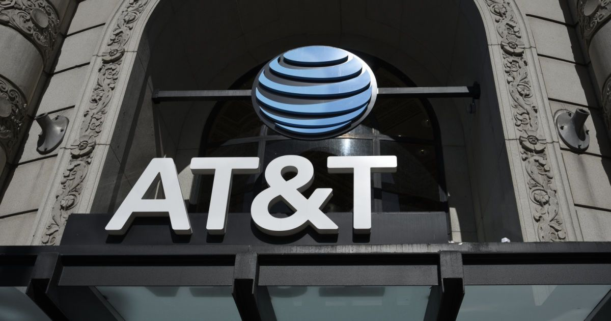 Man charged with bribing AT&T staff to illegally unlock
