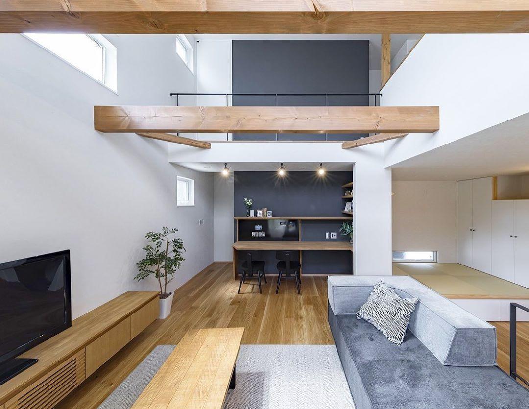 グルービーホーム On Instagram 梁 吹き抜け天井にまっすぐかかった梁 木の梁が与える安定感や 空間のアクセントとしてリビングをより心地よく素敵な空間へ仕上げてくれます リビング 梁 天井 安心感 安定感 木のぬくもり 2020 リビング 木の梁 家