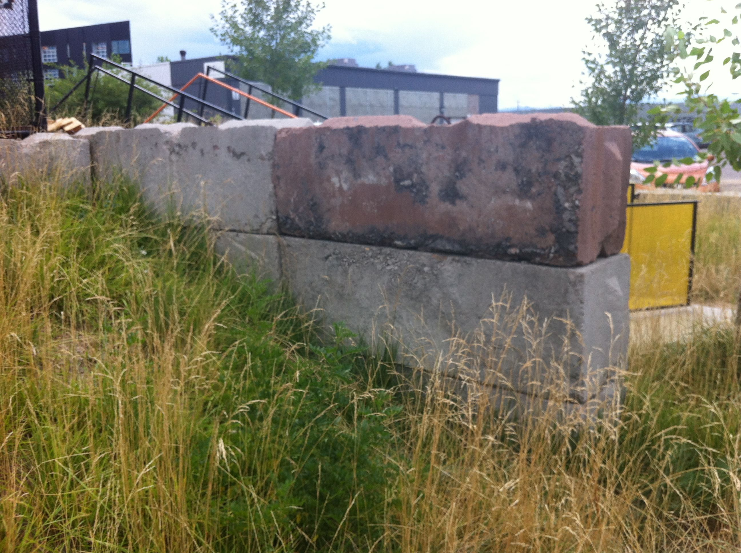 Pre Cast Interlocking Like Legos Concrete Jersey Barrier Retaining Wall At Taxi Development In Denver S Rino In 2020 Jersey Barrier Retaining Wall Concrete