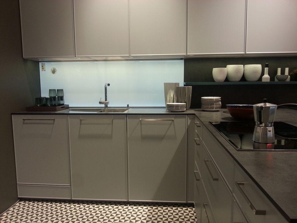 Moderne graue Küche mit schmaler Arbeitsplatte | Haus Ideen ...