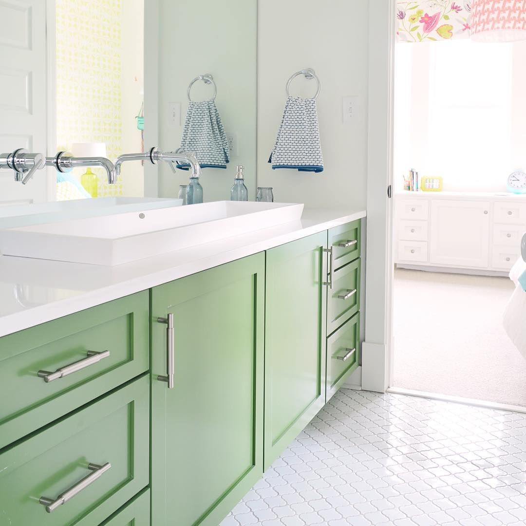 New podcast episode is live! We're talking about how our mornings got greener, what move-related happening has me grinning like a weirdo, & we get a phone call from one of our favorite Canadian designers. We also chat about the design mistake that we somehow made twice (which is where this green vanity comes into play), dive into why decluttering can make your head hurt, and talk about what has changed about our frame game. There's a link in our profile to help you find/download everything…