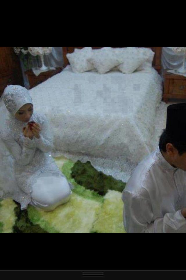 A Muslim Bride At Her Wedding Night Praying With Her Bridgroom Cute Muslim Couples Muslim Wedding Muslim Bride