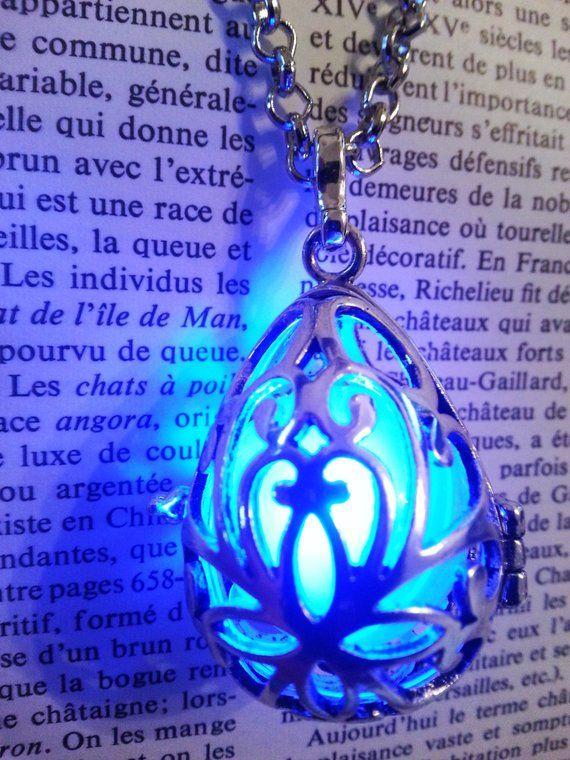 Collar – medallón con bola azul brillante