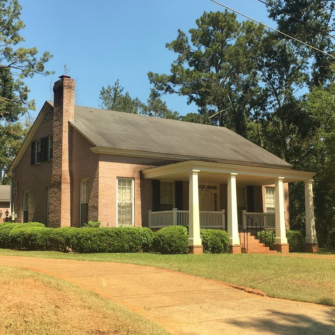 This Beautiful Frank Mccall House With Salmon Colored Brick Has An Interesting Porch With Columns Extending To T In 2020 Porch Columns Cottage Homes Architecture House