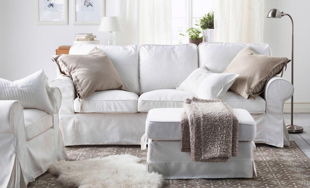ein wohnzimmer mit einem wei en ektorp 3er sofa und ektorp sessel mit kissen in beige und. Black Bedroom Furniture Sets. Home Design Ideas