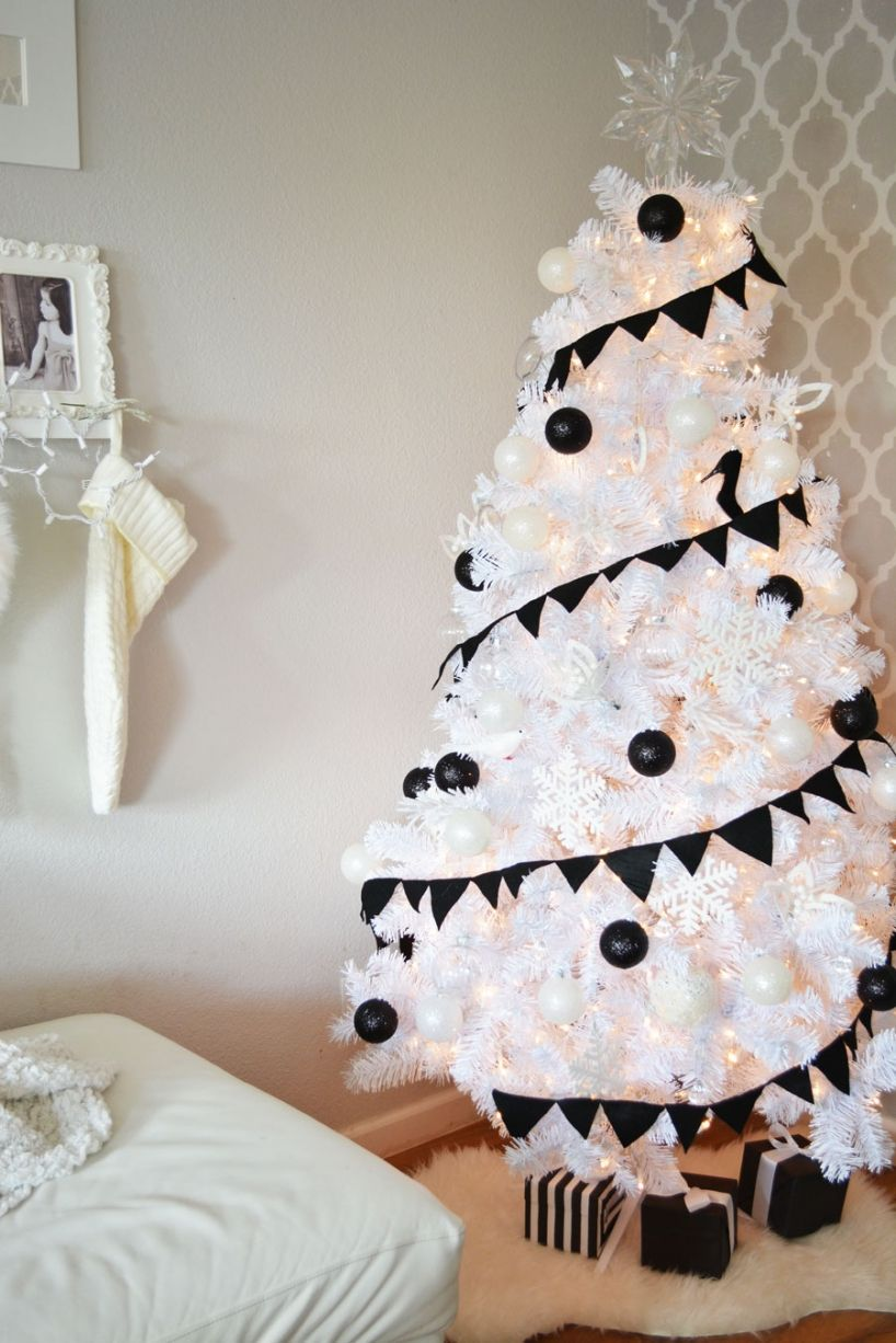 Modern white christmas decor - Interesting Modern White Christmas Tree Design Ideas With White Garland Ans Snowy Tree Aksi Combine With Pearl Black Colors Christmas Ball Ornament