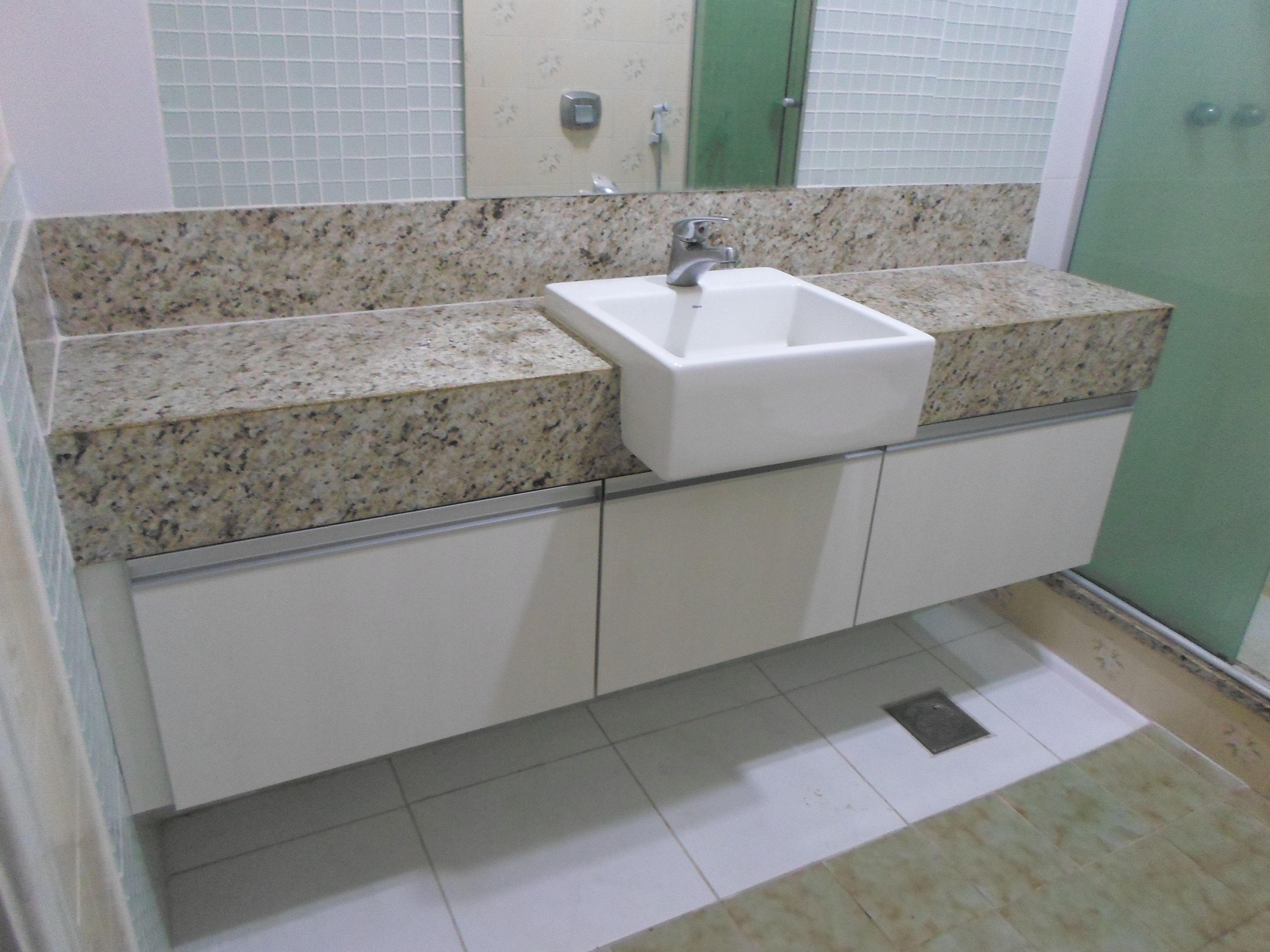 Banheiro Social Com Bancada Em Granito Com Cuba Embutida E