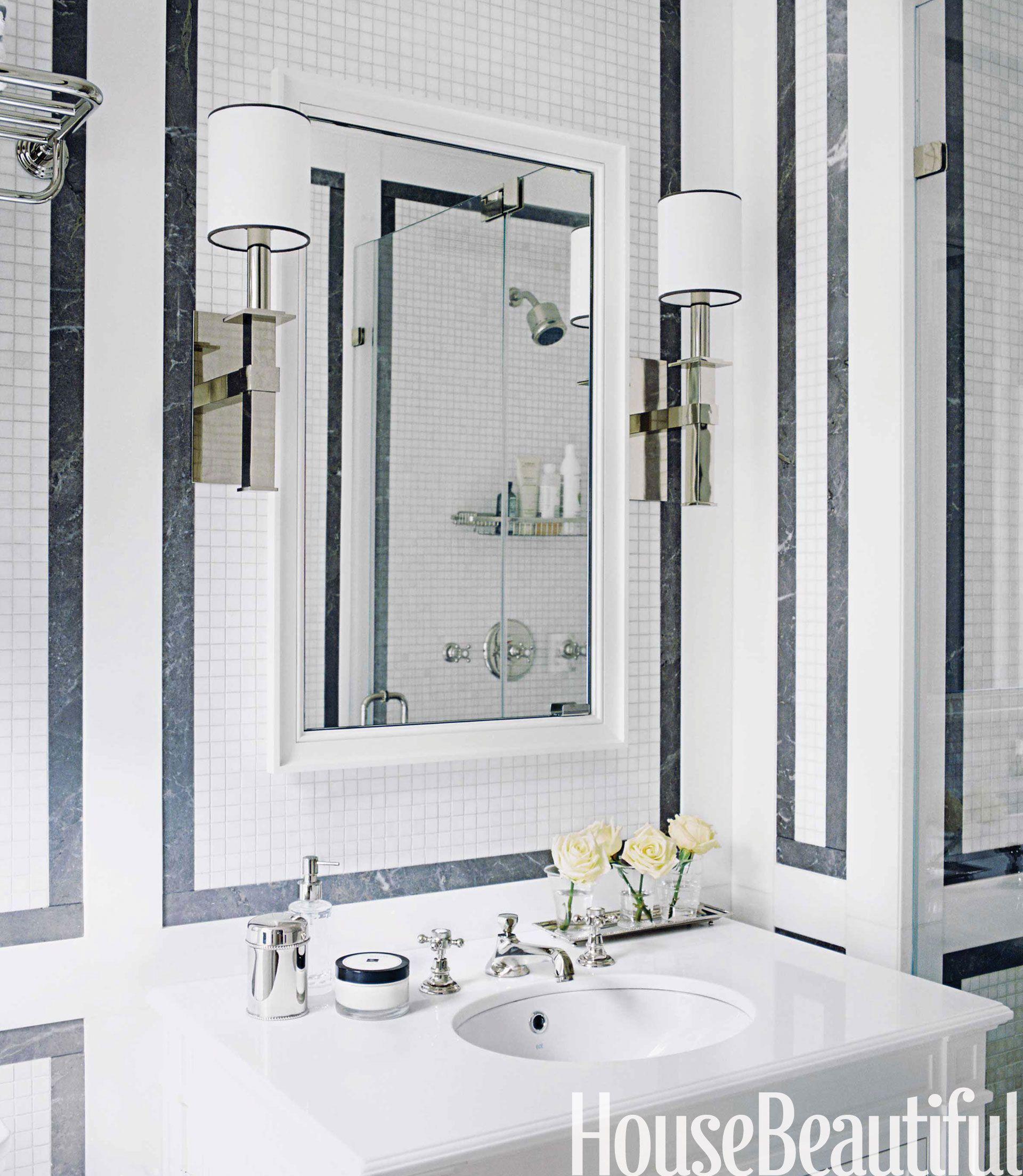 Ingebouwd frame Een geometrisch ontwerp omlijst de spiegel en lampen in deze badkamer in New York City, met tegels van Studium.