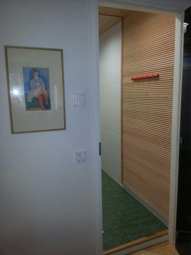 Sukkia riisuva nainen johdattaa saunaan