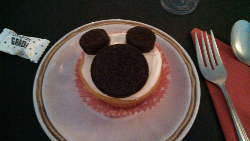 Easy Mickey Mouse cupcakes using mini and regular areas Great idea
