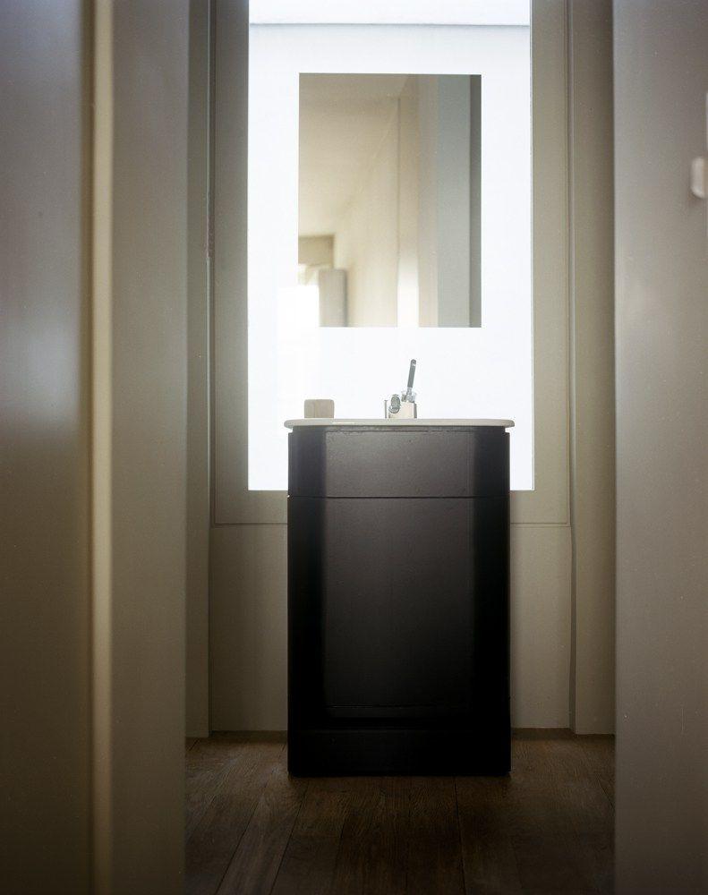 Salle de bain minimaliste. Parquet. Noire et blanc. Meuble sous ...