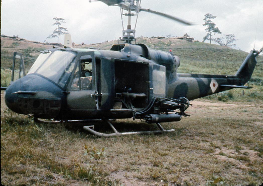 Bell UH-1B Huey gunship | aircraft | Vietnam, Vietnam war, War