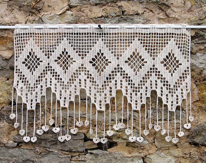 Crochet de dentelle au crochet, blanc, motif de coquille, franges ornées de petits coeurs et petites boules, cadeau de Noël   – maison