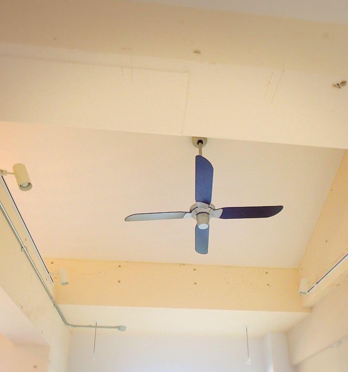 塗装した天井とプロペラがレトロな雰囲気 リノベーション おしゃれ