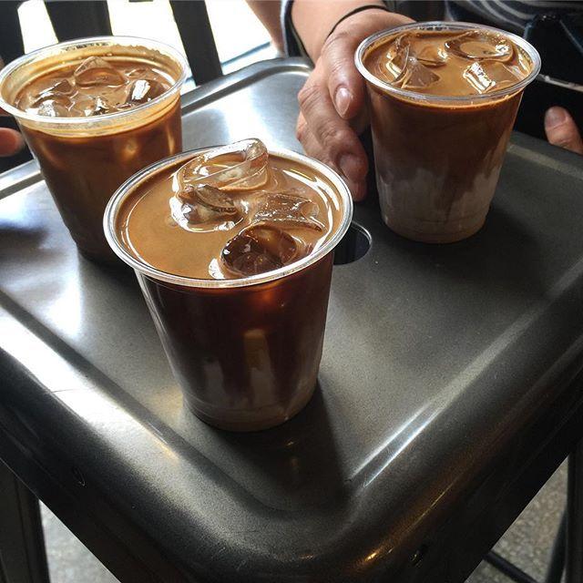 _ 이태원 #챔프커피 #플랫화이트. 섞이기 전에 마셔야 더 맛있어요.  커피 맛, 별 다섯개! ⭐️⭐️⭐️⭐️⭐️ _ 커피 원정대 결성😁 맛있는 커피 제보 대환영! ☕️ _ #flatwhite #champcoffee #커피원정대 #점심시간 #카페스타그램 #커피스타그램
