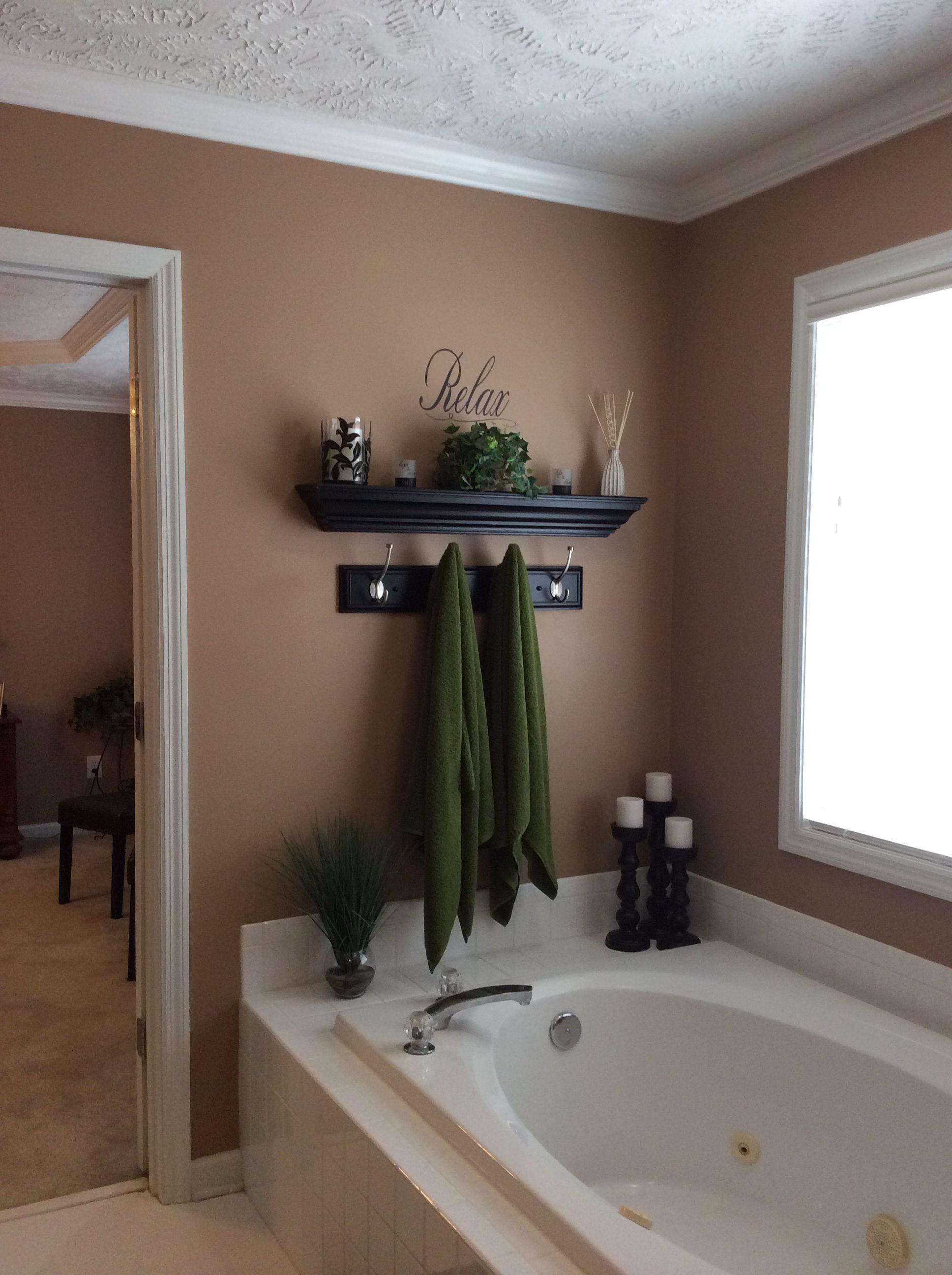 Garden tub wall decor bath towel ideas green bathroom also home in bathtub rh pinterest