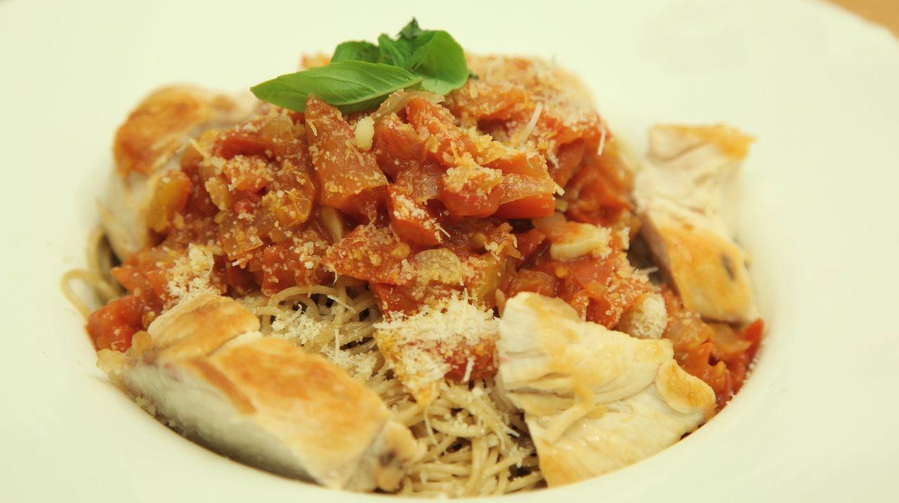 طريقة عمل وصفة معكرونة الدجاج بالطماطم والريحان Recipes Pasta Recipes Prawn Pasta
