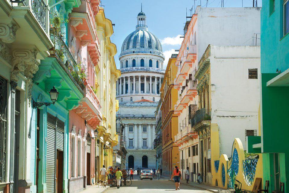 Una calle en #Cuba // al fondo el capitolio