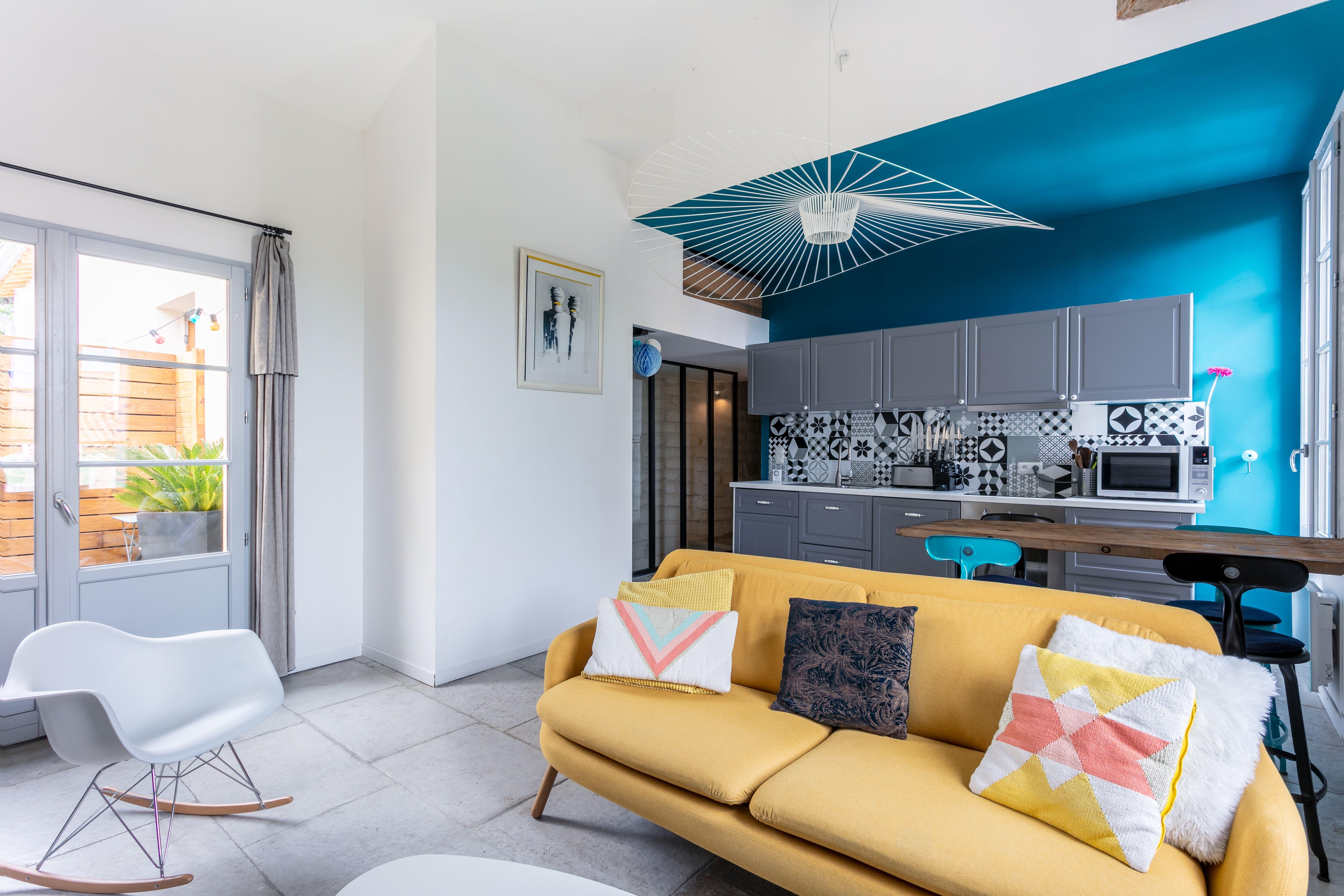 Proche Du Parc Du Peyrou Et Du Jardin Des Plantes Cette Maison Est Idealement Situee Et Tres Agreable En 2020 Appartement Meuble Mobilier De Salon Beaux Appartements