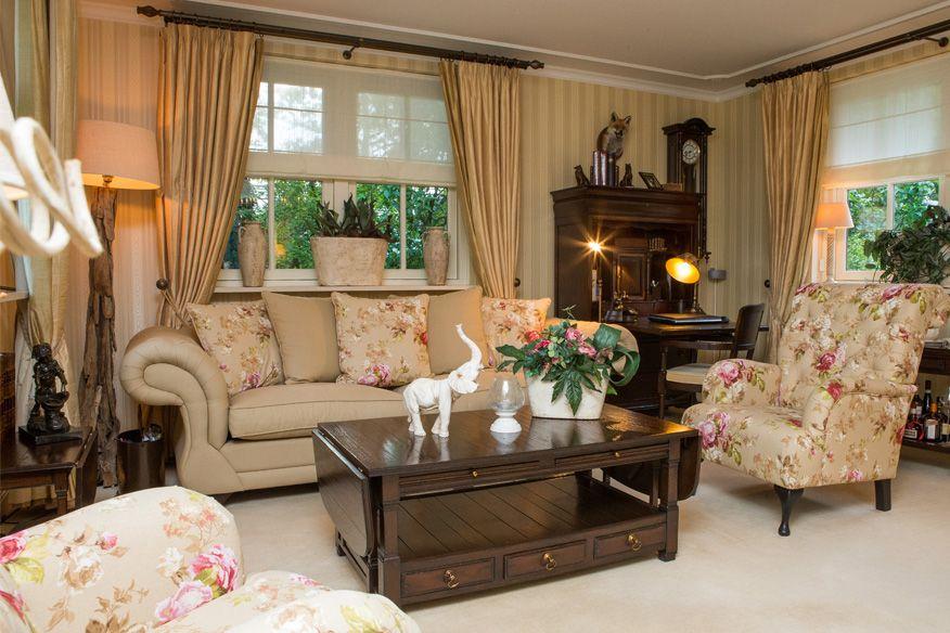 Woonkamer Cottage Stijl : Landelijk stijvol en klassiek wonen. deze woonkamer is volgens