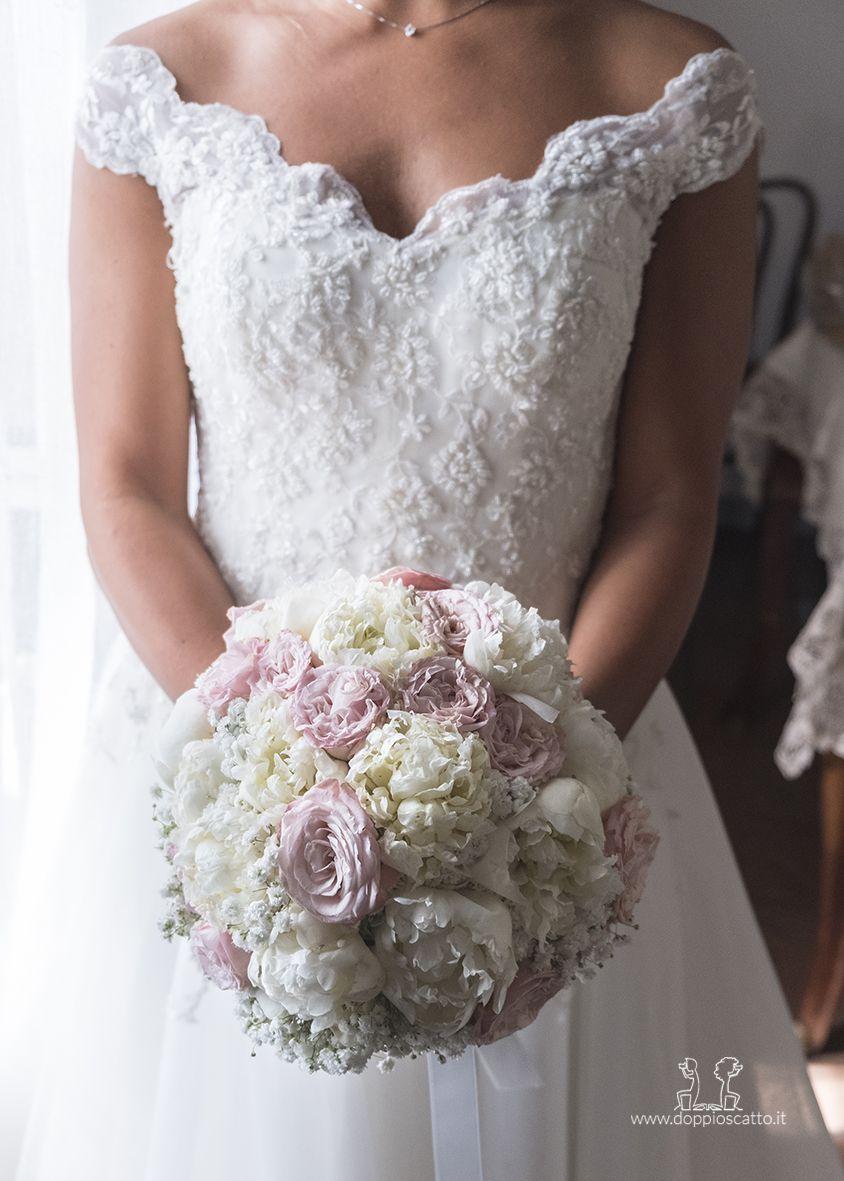 Bouquet Sposa Tondo.Bouquet Da Sposa Di Peonie Rosa E Bianche Tondo Per Un Matrimonio