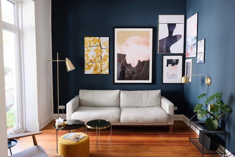 Woonkamer Met Kunst : Een opvallende blauwe muur en kunst in een huis in hamburg