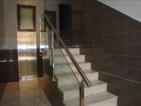 Barandillas en acero inoxidable pulido para escalera de edificio de viviendas formada por - Escaleras para viviendas ...