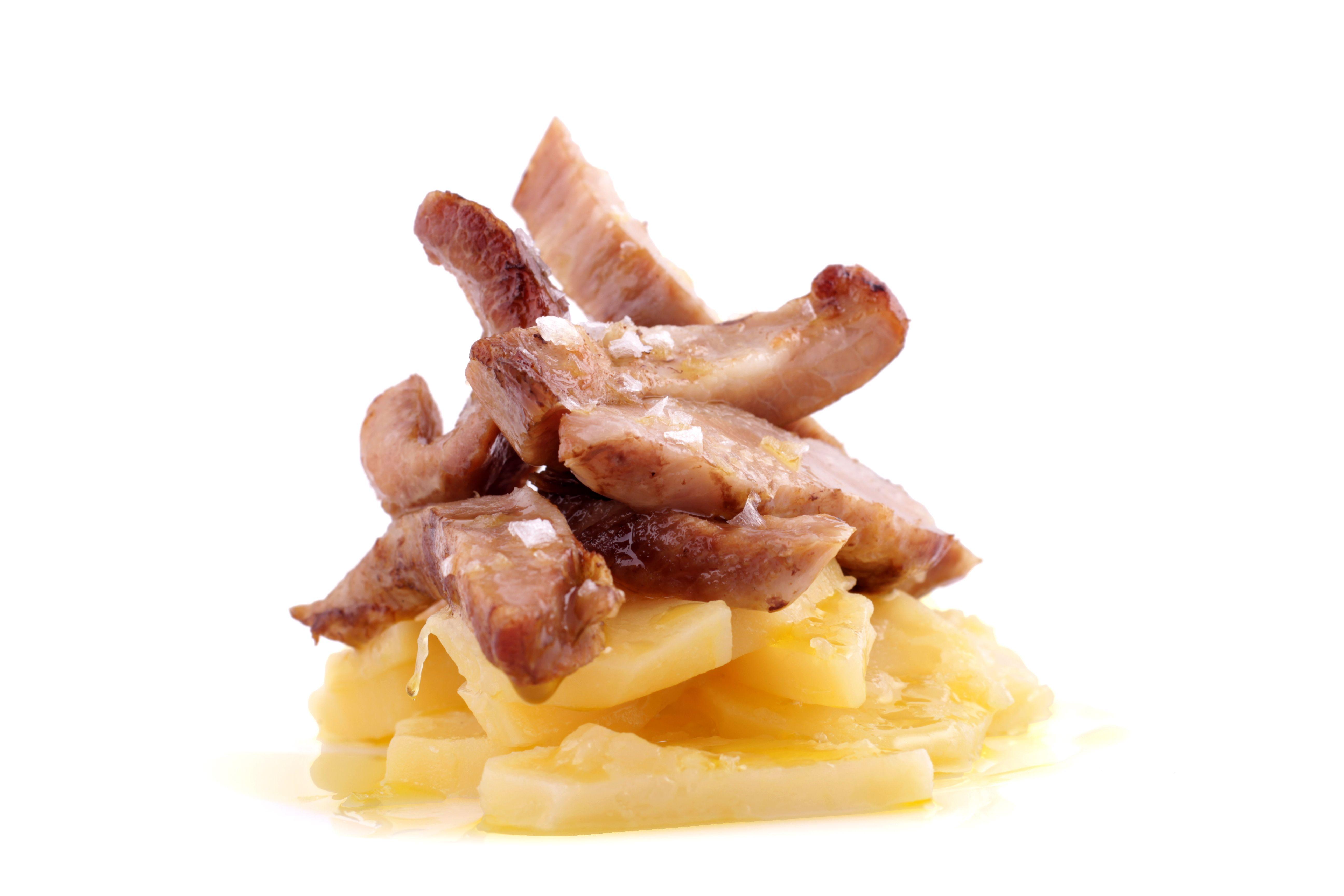 Secreto de cerdo ibérico acompañado de una magnífica guarnición de patatas confitadas con aroma de trufa negra y un toque de cebolla.  http://www.selectiumchef.com/secreto-de-cerdo-iberico.html