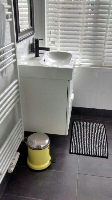 Wastafel en badmat #IKEA, kraan #Praxis, prullenbak #Vipp   Badkamer ...