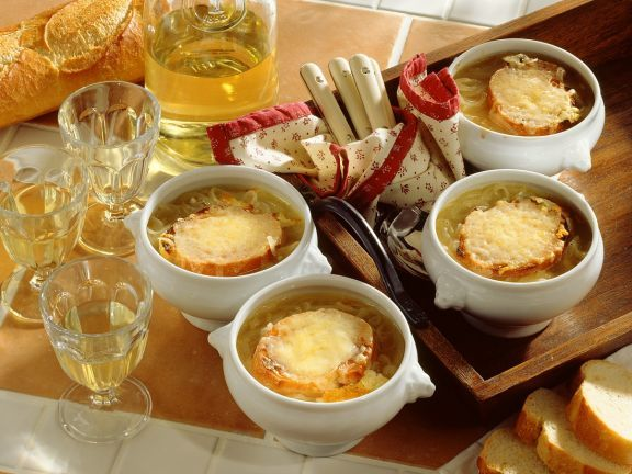 Französische Zwiebelsuppe ist ein Rezept mit frischen Zutaten aus der Kategorie Zwiebelgemüse. Probieren Sie dieses und weitere Rezepte von EAT SMARTER!