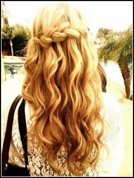 wasserfall braid in langen gewellten haaren: blonde