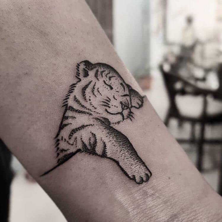 12 Minimalist Tiger Tattoo Ideas That Will Inspire You To Get Inked In 2020 Tiger Tattoo Small Cubs Tattoo Tiger Tattoo