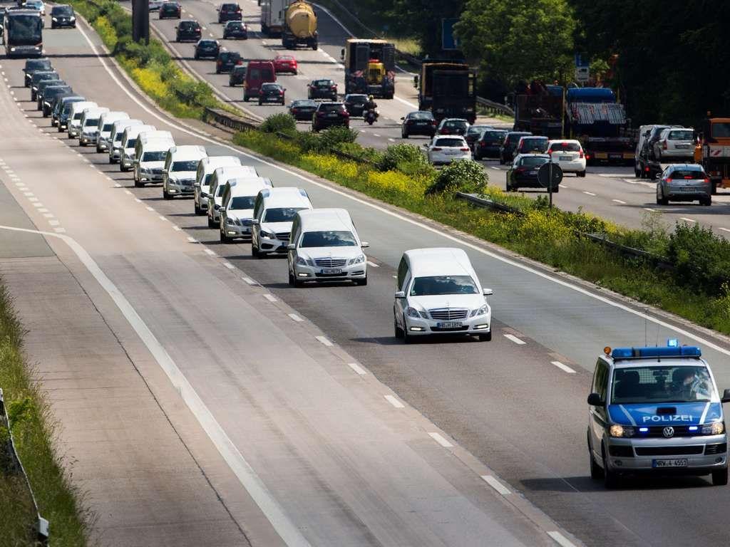 LeichenwagenKonvoi bringt GermanwingsOpfer heim