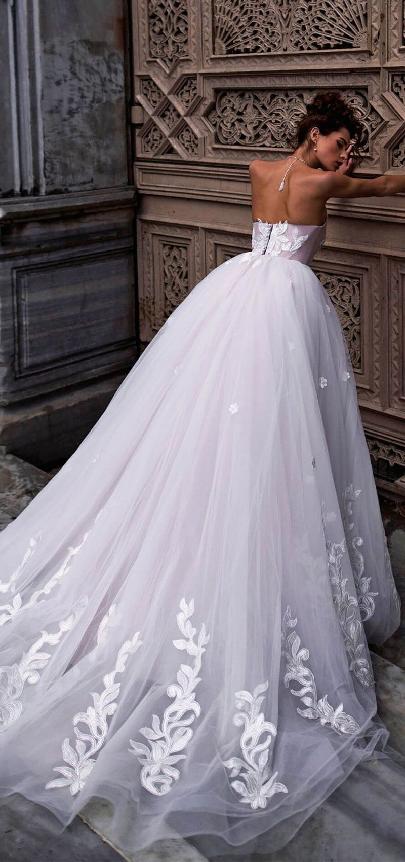 Halter neck tulle skirt ball gown wedding dress #wedding #weddingdress #bridedress #weddinggown