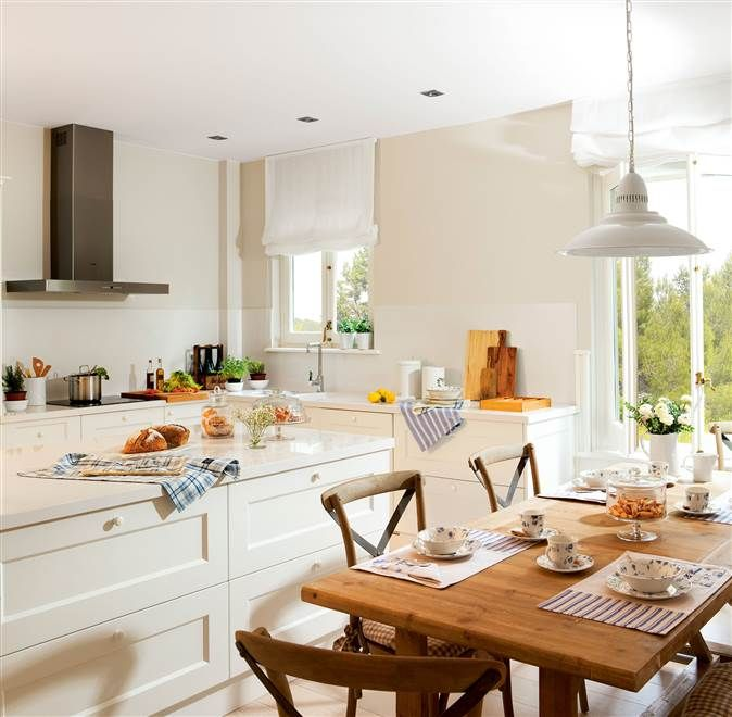 Cocina en blanco con paredes pintadas en color hueso y un office ...
