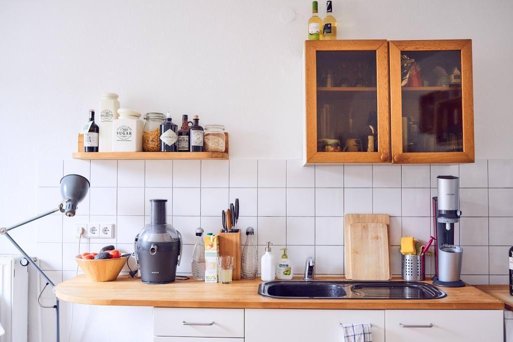 Helle, einfach eingerichtete Küche Weiß gestrichene Wände und - küche in weiß