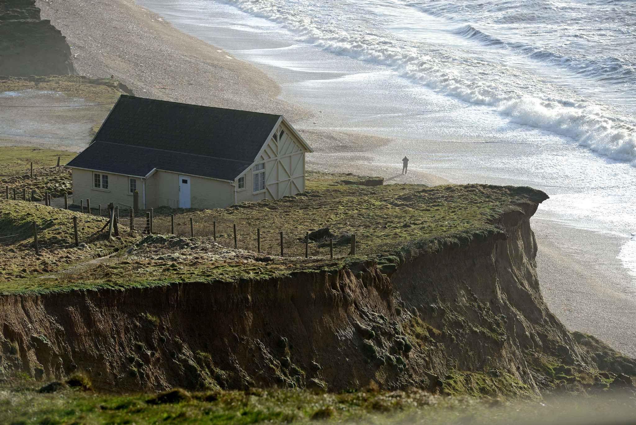 You recognize that house. It is the home of the British Broadchurch series. It is actually in Dorset and will be destroyed, soon, by coastal erosion. Vous reconnaissez cette maison. C'est la maison de la série Broadchurch. Elle se situe en fait à Dorset et va être détruite.