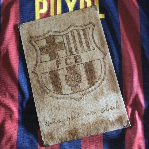 escudo fc barcelona pirograbado en madera con una ptina de betn de judea x