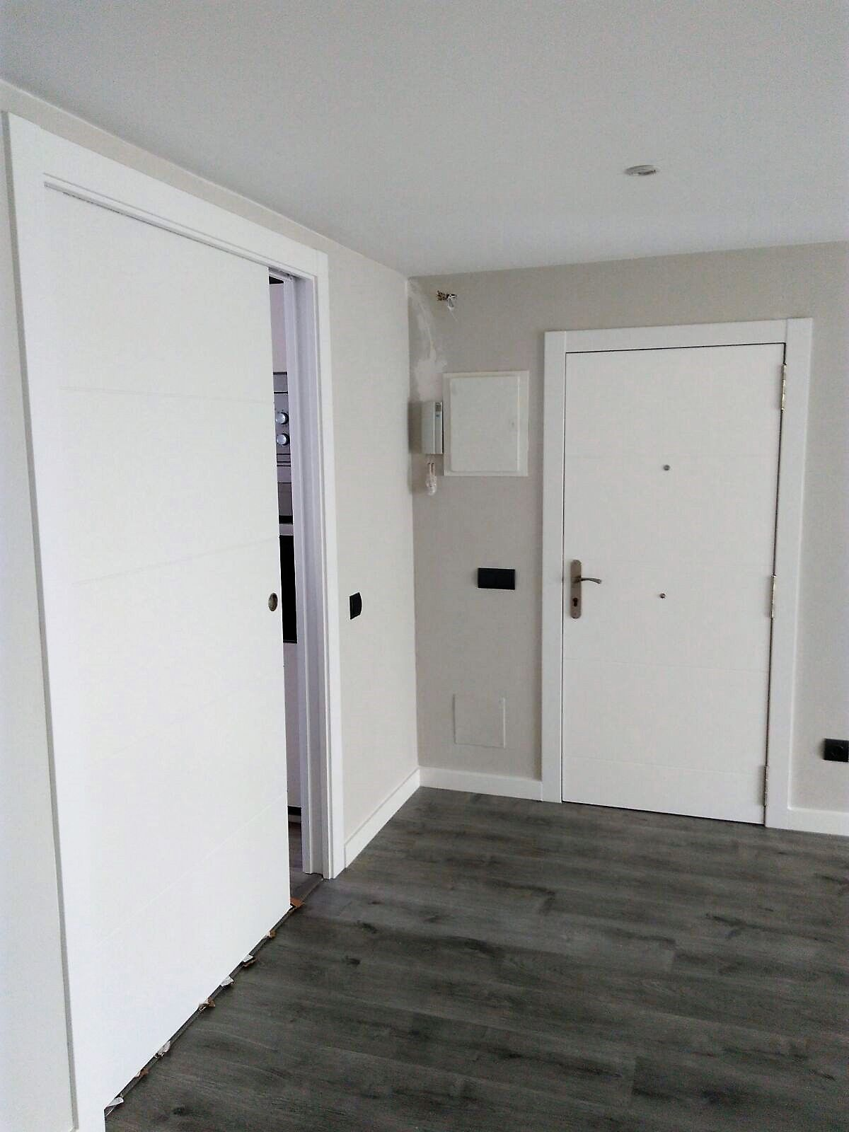 Puertas de madera macizas lacadas blanco mod mapi y for Puertas y parquet