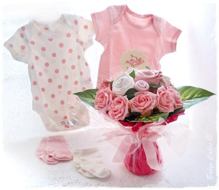 df843a93534e4 Cadeau de naissance Bouquet de layette pour féliciter maman et papa à la  maternité avec un bouquet de fleur qui dévoilera de jolis bodys et  chaussettes ...