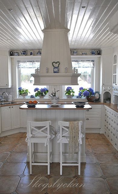 The blue and white kitchen of Atelje Skogslyckan.