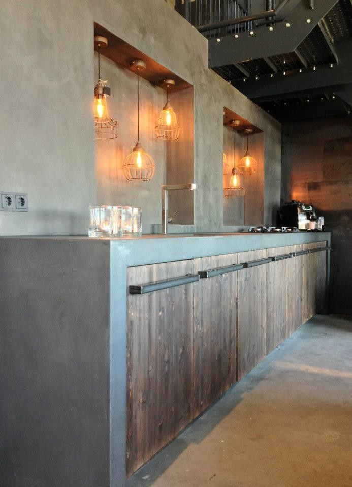 Stoere betonlook keuken met barnwood kastjes cucine Pinterest