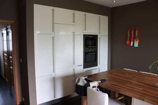 Installation d\u0027une cuisine équipée avec meubles incrustés dans le