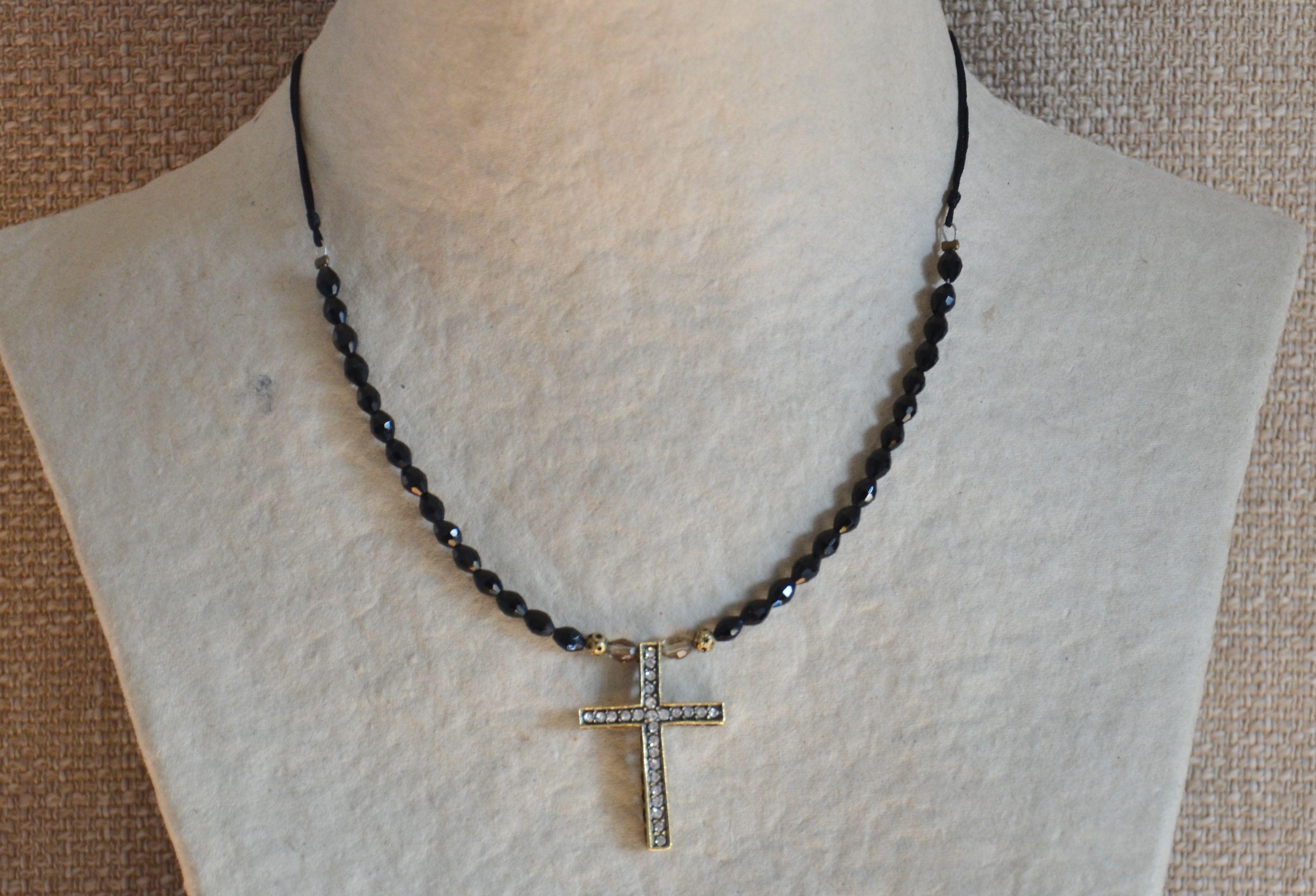 Gargantilla de cristal de roca negro con cruz de estras grande