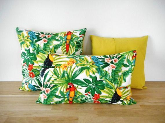 housse de coussin 50x30cm tissu exotique imprim perroquets verso uni vert anis ambiance. Black Bedroom Furniture Sets. Home Design Ideas