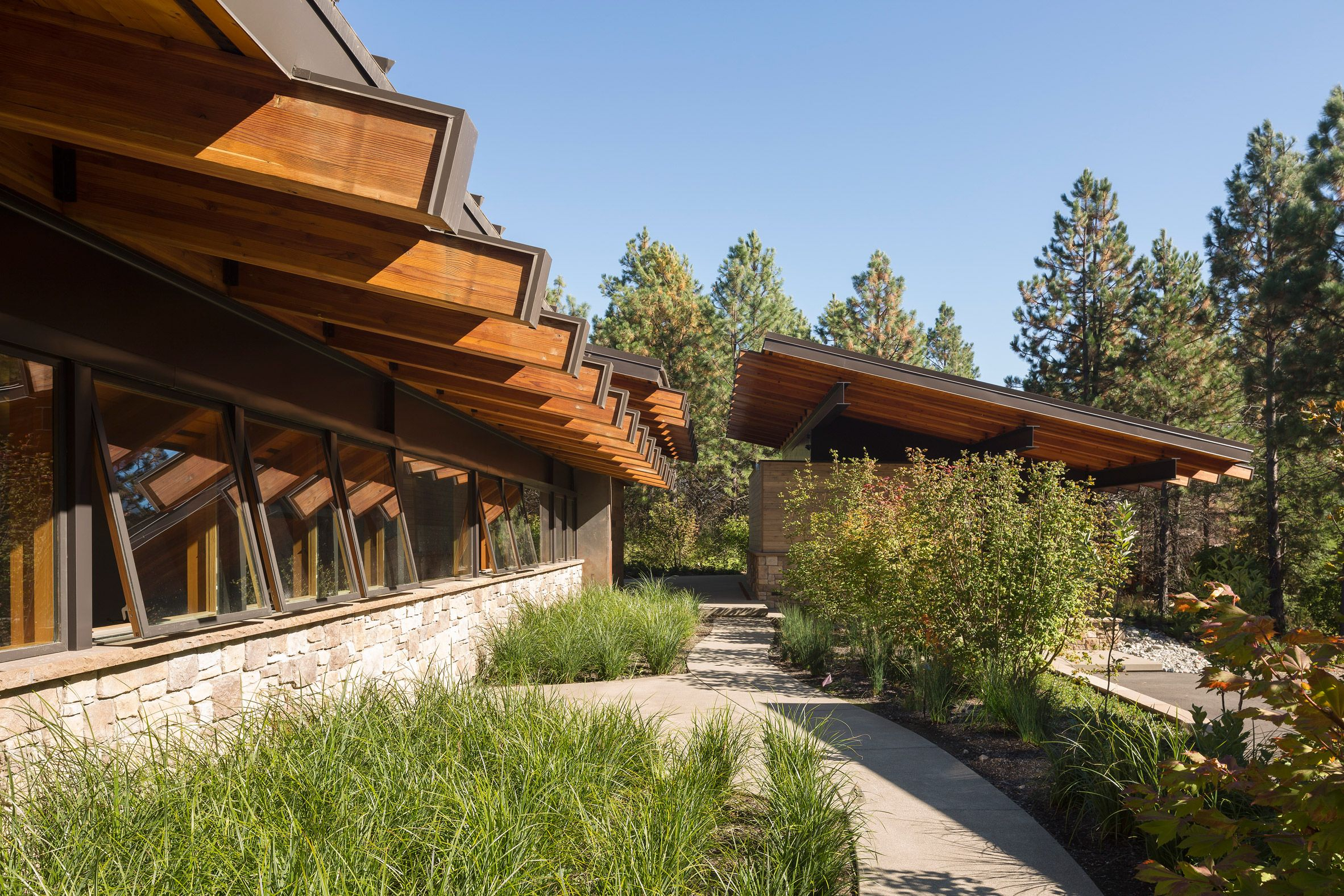 Steel Beams Support Dramatic Roof Overhangs At Washington State Retreat By Coates Design Architecture Roof Architecture Architect Design