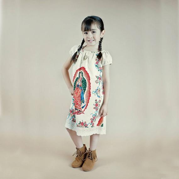 47e91b41b Mexicana hermosa Vestido de nuestra Señora de la bebé Guadalupe. Hecho de  Alexander Henry Virgen de Guadalupe y una tela sólida coordinación de  algodón.