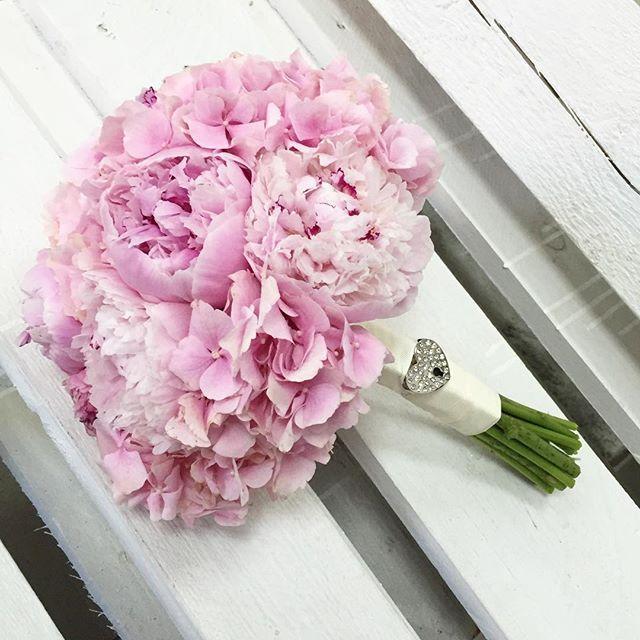 Свадебные букеты из гортензий и пионов, цветов оптом