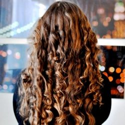 Get fun, bouncy curls using nothing but an old pillowcase + a pair of scissors.